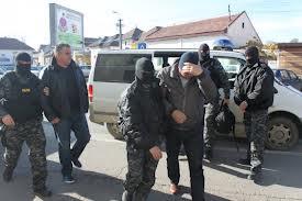 Descinderi la cămătari: Poliţiştii au găsit în casele lor zeci de mii de dolari, euro, franci elveţieni şi bijuterii