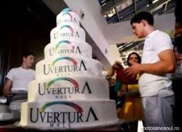 Cel mai mare tort din oraş, udat cu şampanie
