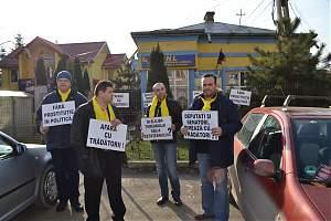 Protest spontan în faţa sediului organizaţiei judeţene a PNL