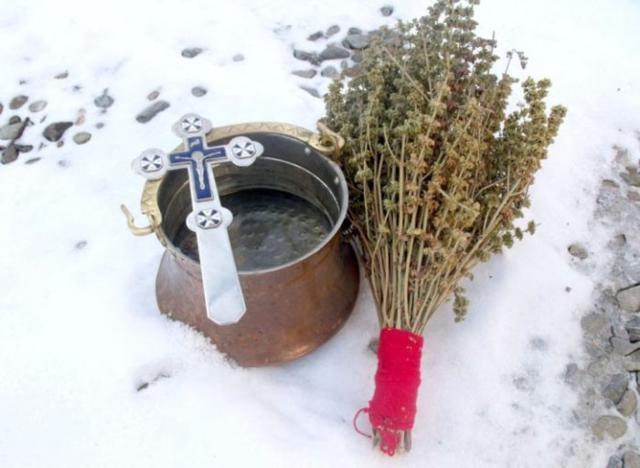 AZI: Mii de oameni au îndurat frigul pentru a ajunge acasă cu apă sfinţită