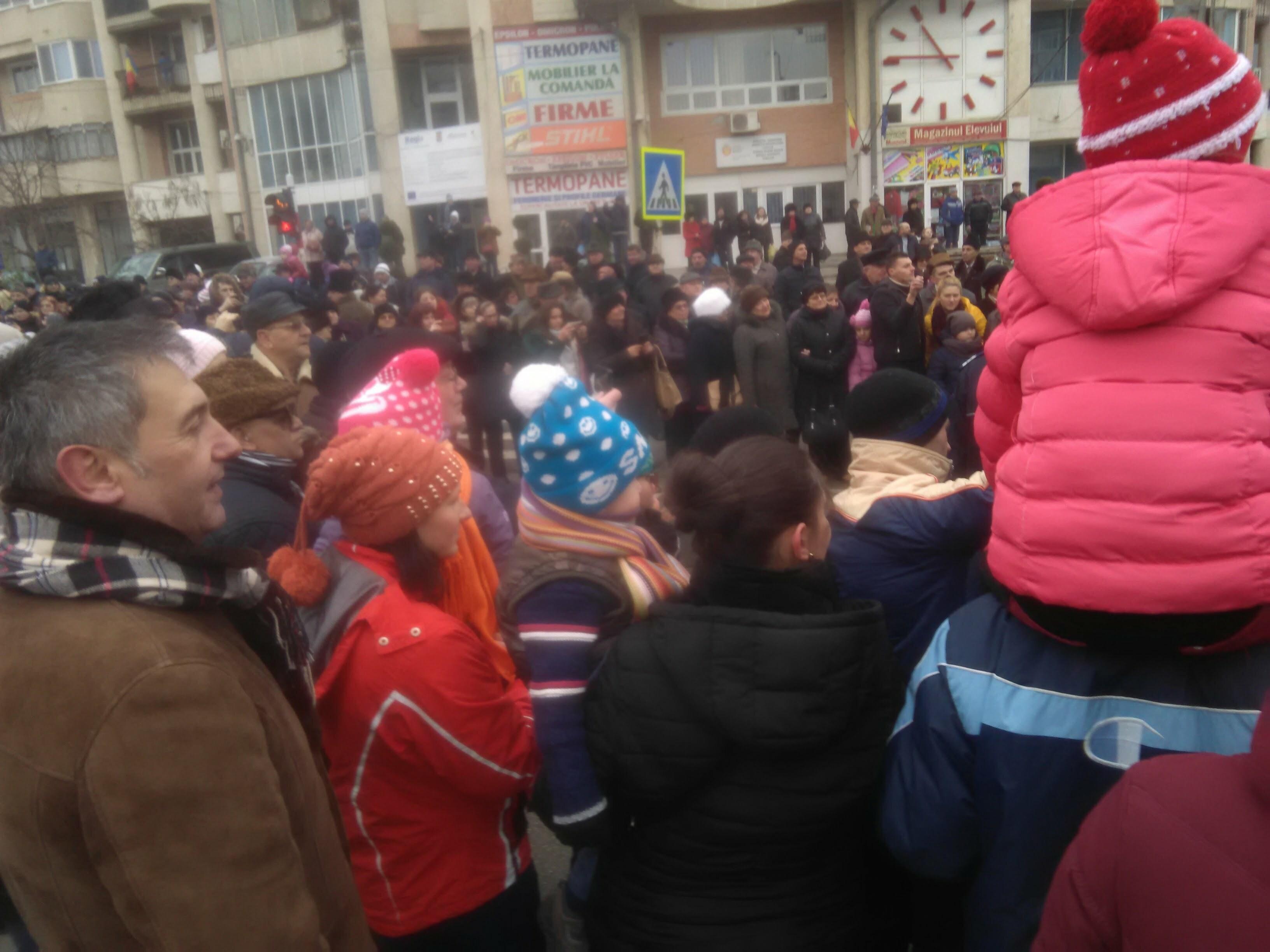 Mii de botoșăneni au participat la regalul datinilor și obiceiurilor de iarnă – GALERIE FOTO