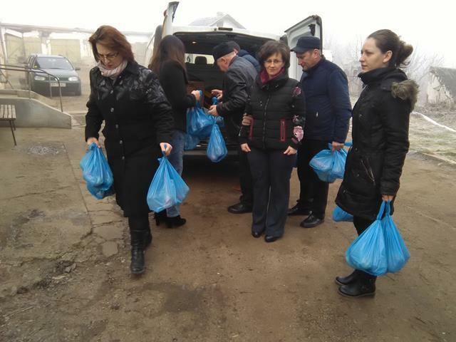 Daruri de la femeile social-democrate pentru bătrânii de la Trușești -GALERIE FOTO