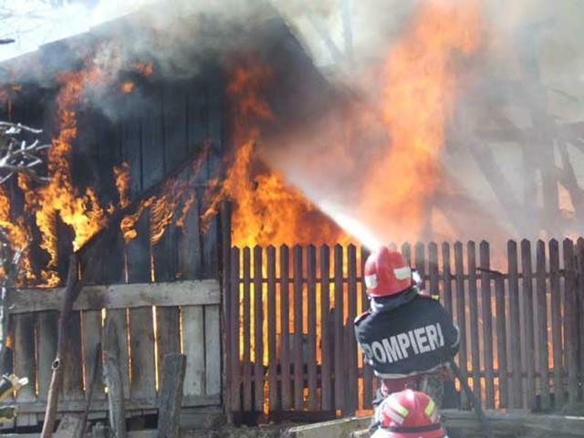Locuinţă incendiată de un jar căzut din sobă