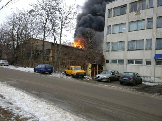 Flăcări uriaşe în curtea unei fabrici din Botoşani