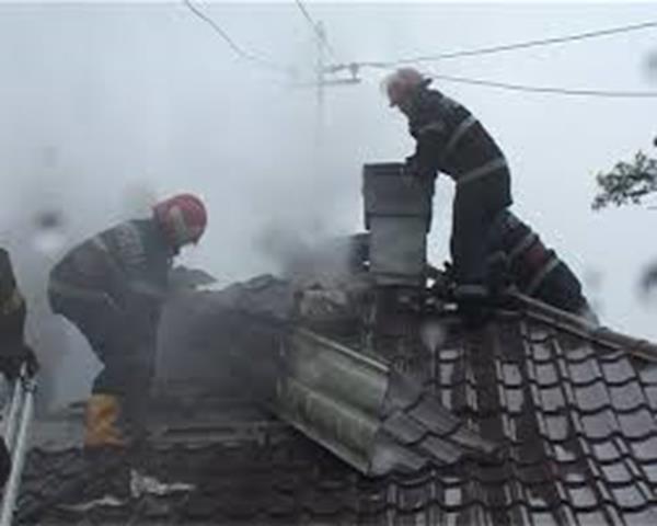 Locuinţă aprinsă de un coş de fum deteriorat