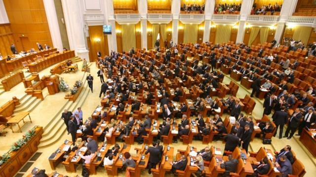 Guvernul pe repede înainte: parlamentarii sunt treziți cu noaptea în cap