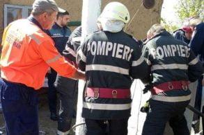 EVENIMENTIntervenţie salvatoare a pompierilor, după ce o femeie de 70 de ani a căzut într-o fântână