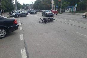 EVENIMENTImpact violent între o motocicletă și un autoturism pe strada Ion Pillat
