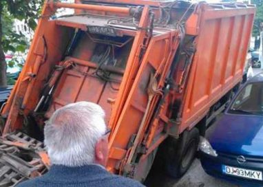 EVENIMENTÎncă o mașina a Urban Serv a rămas blocată în asfalt