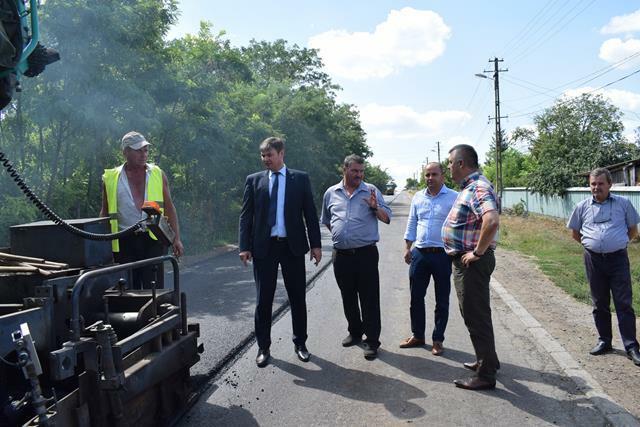 ADMINISTRATIEPrefectul Dan Slincu a inspectat lucrările de asfaltare din judeţ    -FOTO