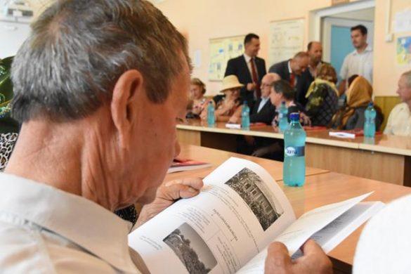 """EVENIMENTLa Vlasinesti a avut loc lansarea cărţii """"Nuntă de Aur"""", o carte dedicată cuplurilor care au împlinit 50 de ani de căsătorie   -VIDEO/FOTO"""