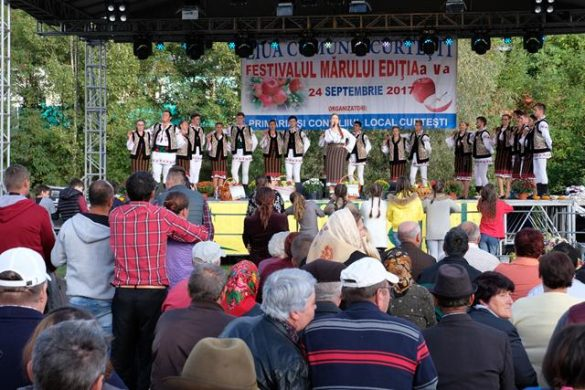 """EVENIMENTDistracţie şi voie bună la a-V-a ediţie a """"Festivalului Mărului""""   -VIDEO/ GALERIE FOTO"""