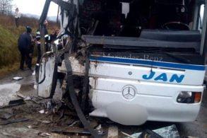 ACCIDENT - NAŢIONALUn autobuz cu 50 de călători s-a ciocnit de un camion