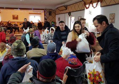 """EVENIMENTÎn ajun de Crăciun, TSD Botoșani împreună cu ansamblul """"Licuricii"""" au colindat  centrele medico-sociale din județ"""