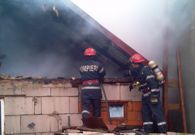 EVENIMENTPompierii au intervenit pentru stingerea a două incendii izbucnite în locuințele unor cetățeni