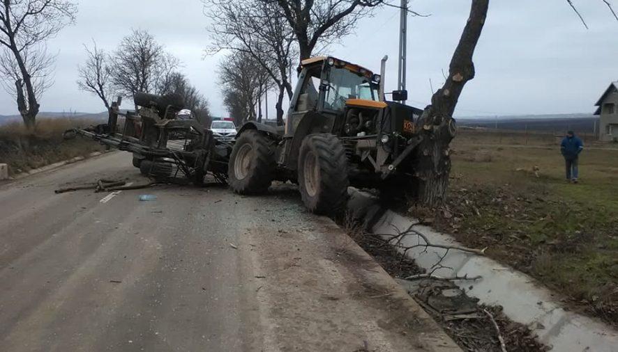 ACCIDENTBărbat rănit după ce tractorul în care se afla s-a izbit de un copac
