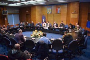 ADMINISTRATIEPrefectul Dan Şlincu a convocat Comitetul pentru Situaţii de Urgenţă.  Pe trei drumuri naţionale  se circulă în condiţii de iarnă