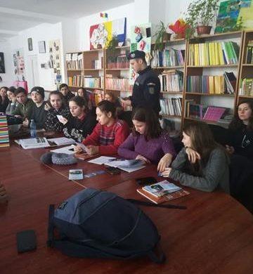 EVENIMENTJandarmii prezenți în mai multe școli din Botoșani. VEZI MOTIVUL