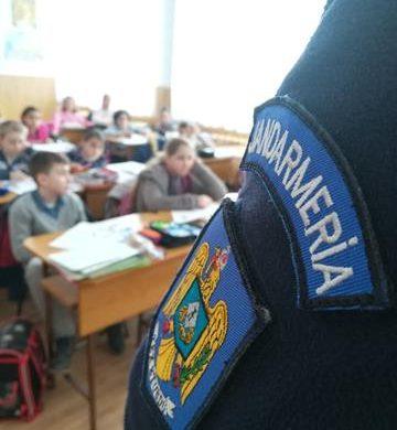 EVENIMENTJandarmii continuă activităţile preventive în școli