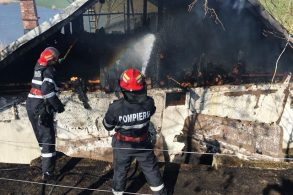 EVENIMENTCabană în flăcări în a treia zi de Paști. Pompierii au intervenit cu două autospeciale